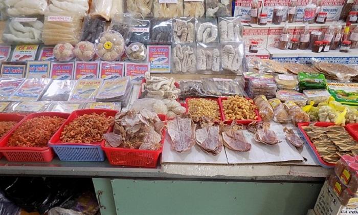 Mua mực khô trong các khu chợ