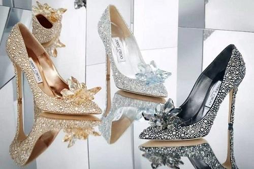 Một đôi giày thật xinh, phù hợp với chiều cao, vóc dáng giúp các nàng trở nên tự tin hơn khi ra ngoài