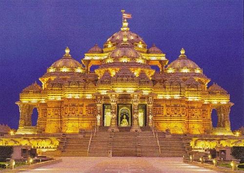 Akshardham là tổ hợp đền thờ Hindu giáo nằm ở thành phố Delhi, nổi tiếng với sự hoành tráng và vẻ đẹp kiến trúc