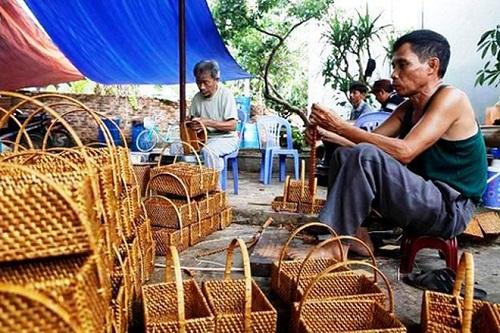 Các thợ thủ công tại làng nghề mây tre đan Phú Vinh