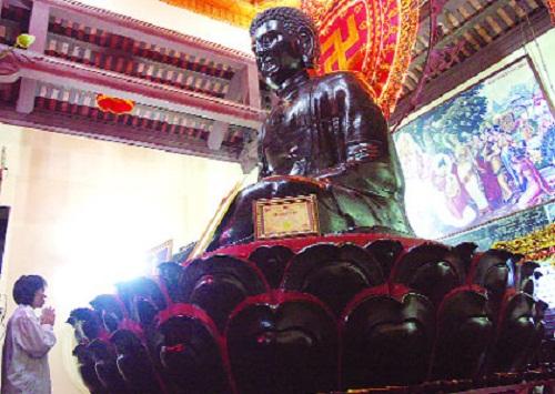 Tượng Phật A Di Đà chùa Thần Quang