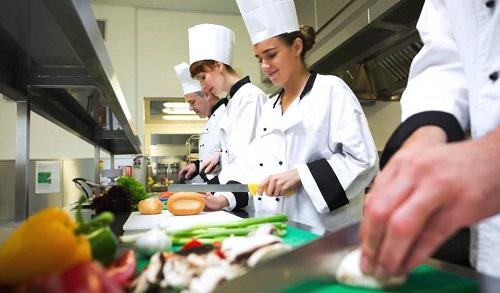 Trong thời gian gần đây, nghề đầu bếp đang dần trở nên phổ biến, thu hút nhiều người đam mê, yêu thích ẩm thực