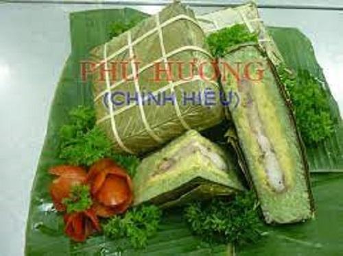 Bánh chưng với lớp nhân đều, vỏ bánh xanh tại giò chả Phú Hương