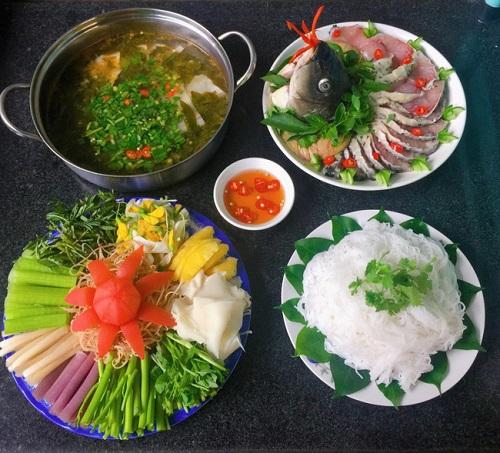 Lẩu cá chép giòn ăn với các loại rau