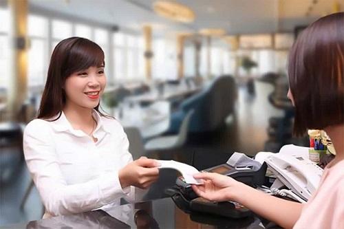 nhân viên thu ngân phải luôn cẩn thận, nhanh nhẹn và năng động