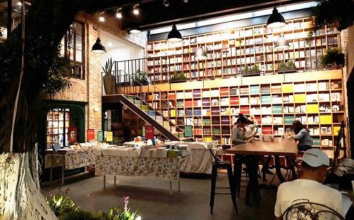 The Lib Coffee & Books nổi tiếng với không gian nhẹ nhàng, cổ kính và những điệu nhạc du dương, trầm bổng