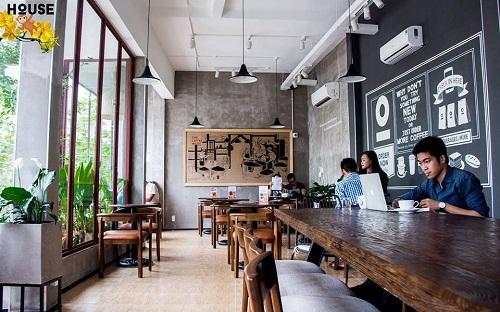 The Coffee House được nhiều học sinh, sinh viên chọn đến học tập là bởi không gian rộng rãi, ghế ngồi vừa tầm thoải mãi với nhiều bàn rộng