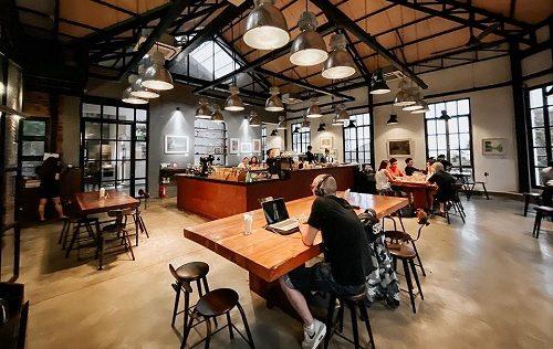 The Workshop Coffee được nhiều bạn trẻ chọn làm nơi học tập bởi không gian rộng cùng cách thiết kế hiện đại, lại không kém phần thẩm mỹ.