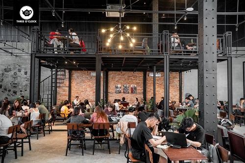 Three O'clock Coffee được nhiều người biết đến bởi sự yên tĩnh, sáng sủa, vô cùng lý tưởng để học tập và làm việc