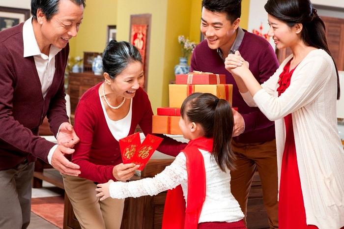 Tặng quà Tết là một trong những truyền thống quý báu có từ xa xưa của nước ta
